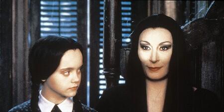 Entre nuestras opciones de disfraces para este Halloween no podía faltar 'La familia Addams': recreamos a Miércoles y Morticia Addams
