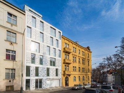 Original y muy poética, esta preciosa fachada en Praga es un homenaje a Konstantin Biebl