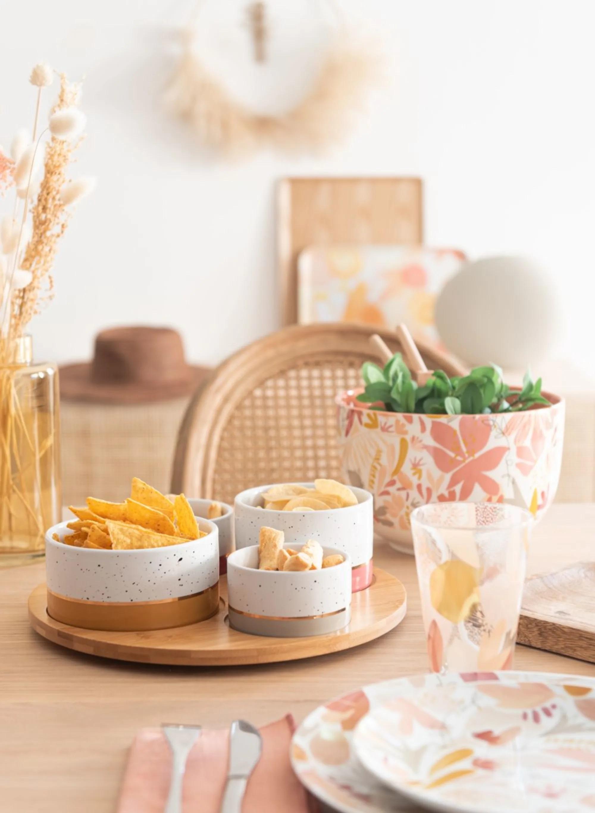Bandeja de aperitivos de bambú con cuatro cuencos de porcelana