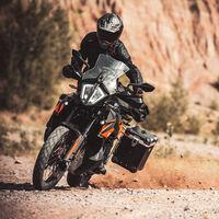 KTM 890 Adventure: la trail de aspiraciones dakarianas presenta su versión de acceso, también con 105 CV