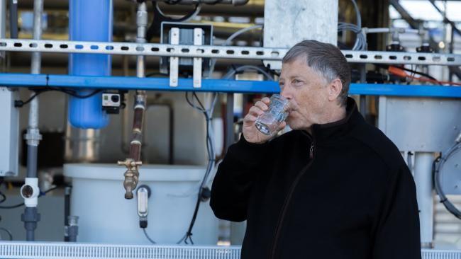 Este vaso de agua que bebe Bill Gates procede de excrementos humanos
