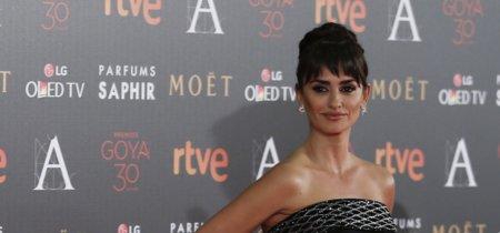 Penélope Cruz apuesta por un moño alto y el flequillo para los Premios Goya 2016