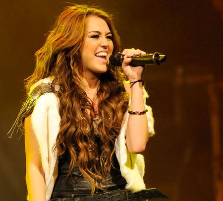Miley Cyrus sale corriendo del escenario en pleno concierto