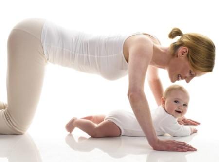 ¿De verdad me tiene que doler la espalda durante la lactancia? Ejercicios para madres lactantes