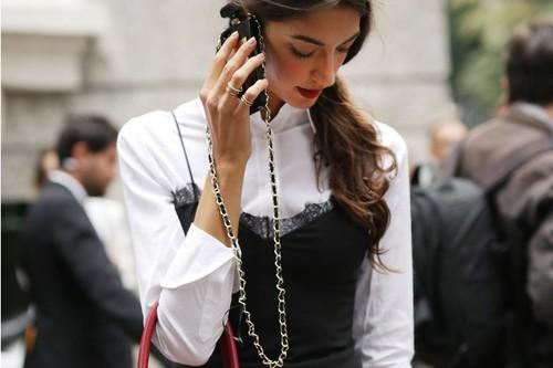 El street style lleva su móvil colgado del cuello. Y tú también podrás con estas 11 fundas bandolera