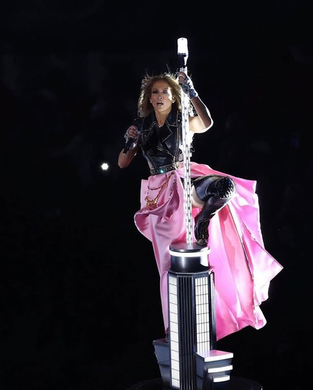 Jennifer López se enfunda un traje de cuero con sobrefalda rosa (de quita y pon) de Versace para repasar sus éxitos en la Super Bowl