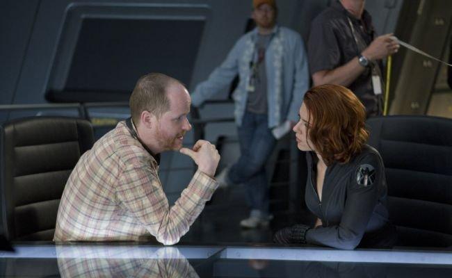Joss Whedon y Scarlett Johansson en el set de rodaje de Los Vengadores