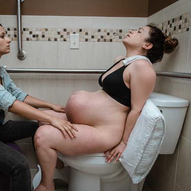 La impresionante fotografía del momento exacto en el que una madre tiene una contracción durante su parto