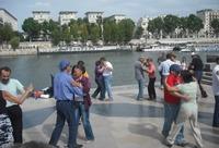 Bailando a la orilla del Sena en París