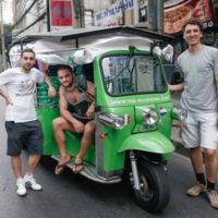 Estos tres chicos viajan de Tailandia a Francia en un bicitaxi solar