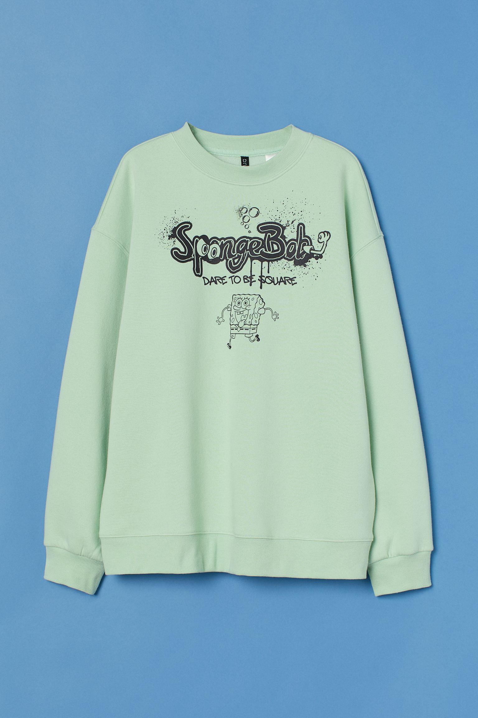 Sudadera oversize en mezcla de algodón con estampado. Modelo con cuello redondo, hombros caídos y mangas amplias.
