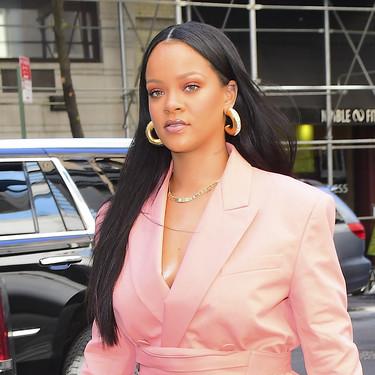Rihanna hace su propia interpretación de un kimono japonés a golpe de traje pantalón y riñonera