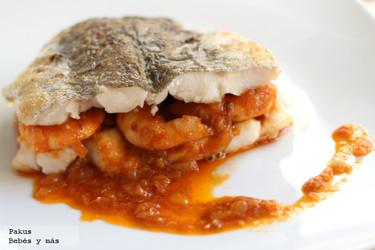 Merluza rellena de langostinos en salsa. Receta de Navidad para embarazadas