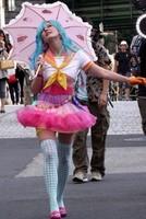 Kirsten Dunst vestida de personaje manga, se pasea por Tokio