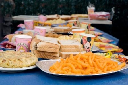 Cómo preparar una mesa de merienda con ayuda de los niños