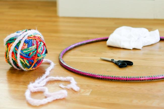 Una alfombra redonda casera, tejida con un hula hoop