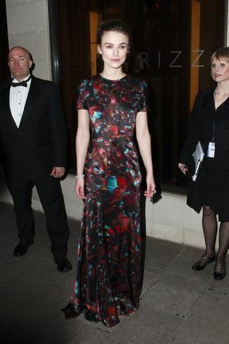 ¿Vestido de noche o blazer? Los looks de Keira Knightley y Mena Suvari para una fiesta
