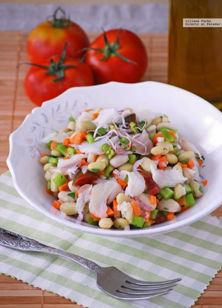 Ensalada crujiente de pochas con bacalao ahumado. Receta para disfrutar de las legumbres también en verano