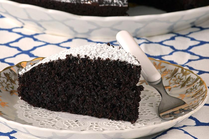 Pastel vegano de chocolate y café: receta para una miga esponjosa sin huevo ni lácteos