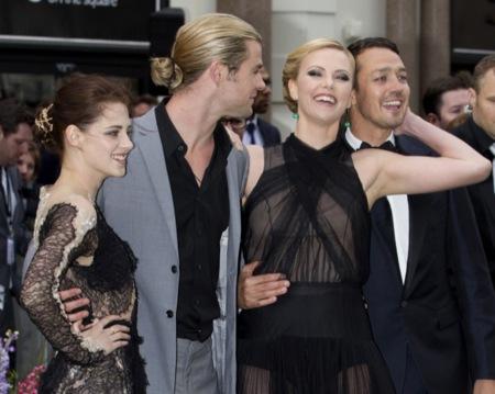 Kristen Stewart y Charlize Theron aterrizan en Londres para el estreno de Blancanieves