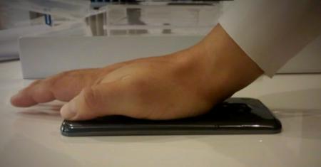 618b2fc2078 LG G Flex no monta una pantalla curva, es realmente flexible (Vídeo)