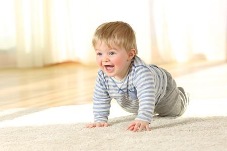 Gateo y salud visual del bebé: por qué es tan importante para el desarrollo del niño gatear antes de caminar