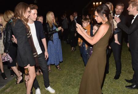 Cara Delevingne Brooklyn Beckham y Victoria Beckham