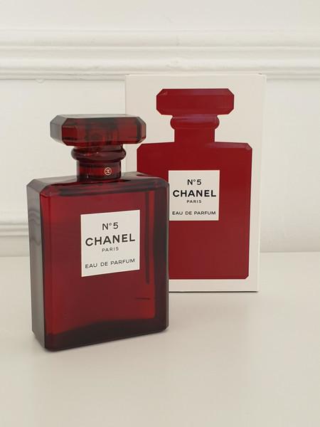 La versión más exclusiva del perfume Chanel Nº5 viene con un vestido de color rojo (y se convierte en el regalo perfecto para Navidad)