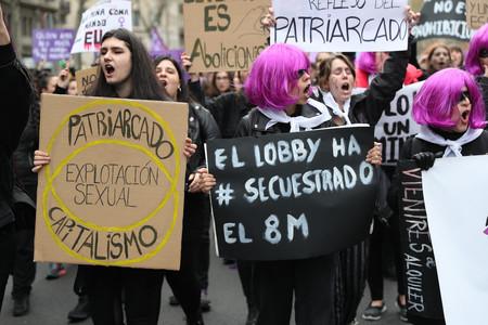 Mujeres informando en la calle de lo que ellas creen que sucede a pesar de lo que todo el mundo sabe.