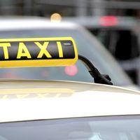 Los taxistas de Vigo se plantean usar falda si el ayuntamiento les prohíbe los pantalones cortos