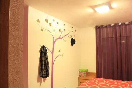 Árbol perchero pintado en la pared
