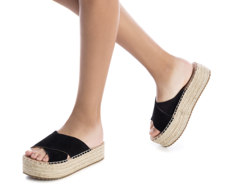 Sandalias planas de mujer XTI de piel en negro con plataforma