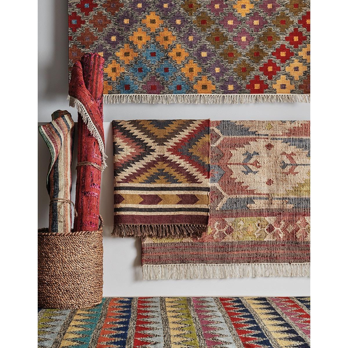 Alfombra kilim tejida con materiales naturales y se caracterizan por los diseños geométricos y tribales y los tintes vegetales.