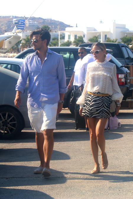 Olivia Palermo ideal en Mikonos con una atrevida minifalda de Zara