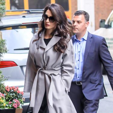 Este es el abrigo de Amal Clooney que no debería faltar en ningún fondo de armario