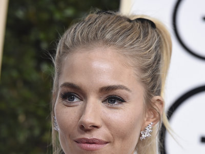 Sienna Miller se ha equivocado de década y se ha presentado en los Globos de Oro 2017 como si fueran los años 90