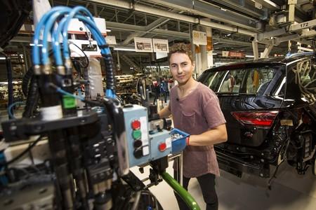 Jorge Lorenzo cambia el mono de cuero por el de trabajo para montar en Martorell su SEAT León Cupra