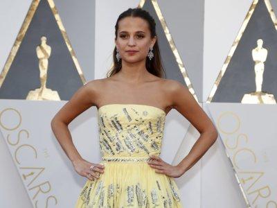 Alicia Vikander llega a la alfombra roja de los Oscar 2016 apostando por el semi recogido