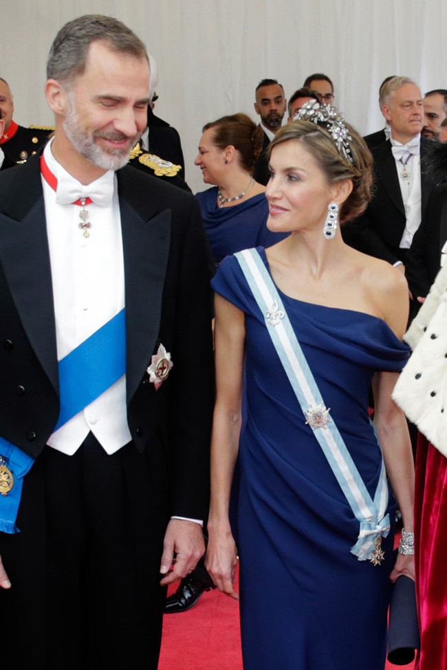 Doña Letizia ideal y presumiendo de joyas en la segunda cena de gala en Londres