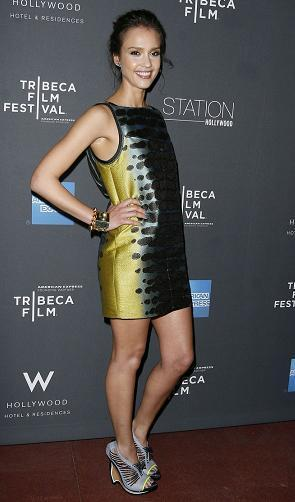 Jessica Alba, gana en estilo gracias a un vestido de Proenza Schouler