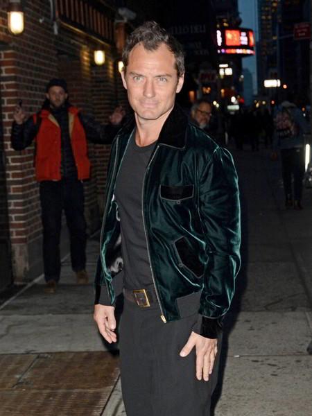 Aprovecha las rebajas y viste como Jude Law con una increíble bomber de terciopelo