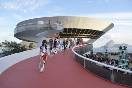 Louis Vuitton presenta su colección crucero 2017 con una espectacular puesta en escena en Rio de Janeiro