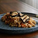 Cómo hacer arroz meloso con berenjenas, la receta vegana que te va a cautivar
