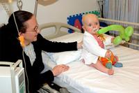 El Hospital de León solo permite visitar una hora al día a los niños ingresados en la UCI
