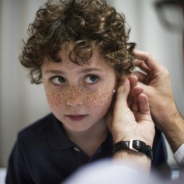 Las familias de niños con sordera reclaman ayudas económicas para hacer frente a los gastos de los implantes cocleares