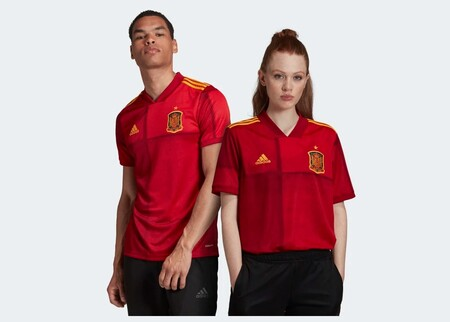 50% de descuento en la sección outlet de fútbol de Adidas: camisetas de la selección española, botas o chándales rebajados a mejor precio