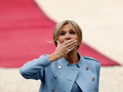 Brigitte Macron también se decanta por el azul cielo en la investidura de su marido, Melania Trump dicta tendencia