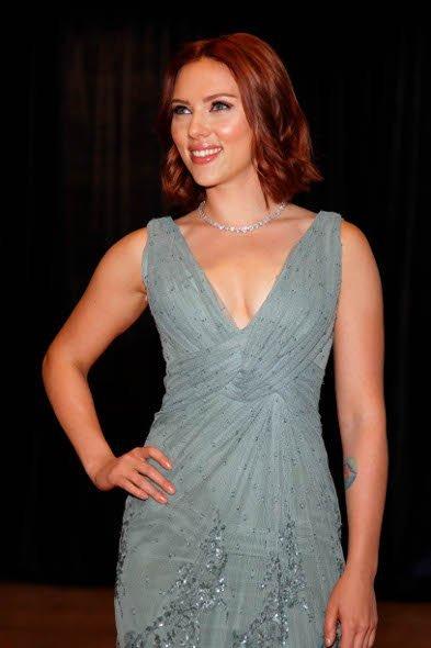 Scarlett Johansson cambia de look y también se apunta al pelirrojo