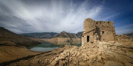 Puentes inutilizados y viejos pueblos que brotan del agua: la España de la sequía en 16 fotografías