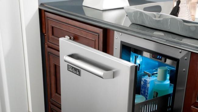 Un frigorífico en el baño, abierto